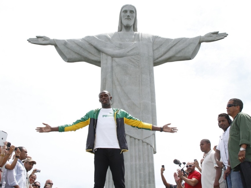 Usain Bolt abre os braos e imita o Cristo Redentor durante visita ao Rio de Janeiro (23/10/2012)