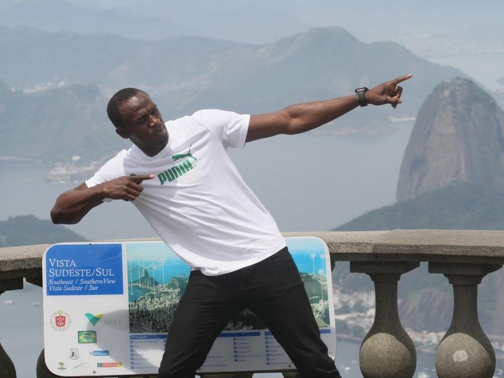 Usain Bolt posa para fotos no Cristo Redentor durante visita ao Rio de Janeiro (23/10/2012)