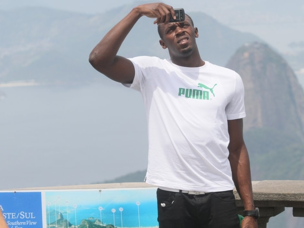 Usain Bolt tira fotos do Cristo Redentor durante visita ao Rio de Janeiro (23/10/2012)