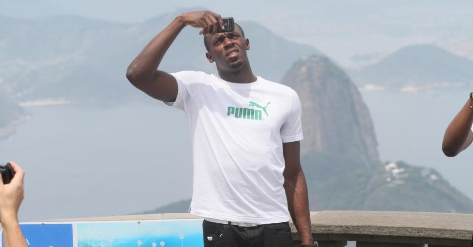 Usain Bolt tira fotos do Cristo Redentor durante visita ao Rio de Janeiro (23/10/2012)