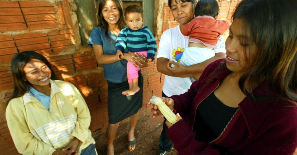 16.jul.2003 - Índios guaranis-kaiowás, na aldeia Bororó, em Dourados, aprendem com agente de saúde indígena a colocar camisinha usando um sabugo de milho