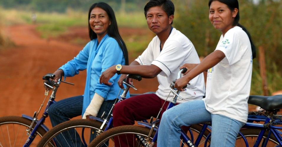 16.jul.2003 - Priscila Maciel, 41 e os filhos Oscarlos, 22 e Zilmara, 19, família de índios guarani-kaiowá que trabalham como agentes indígenas de saúde na aldeia Bororó, em Dourados (MS)