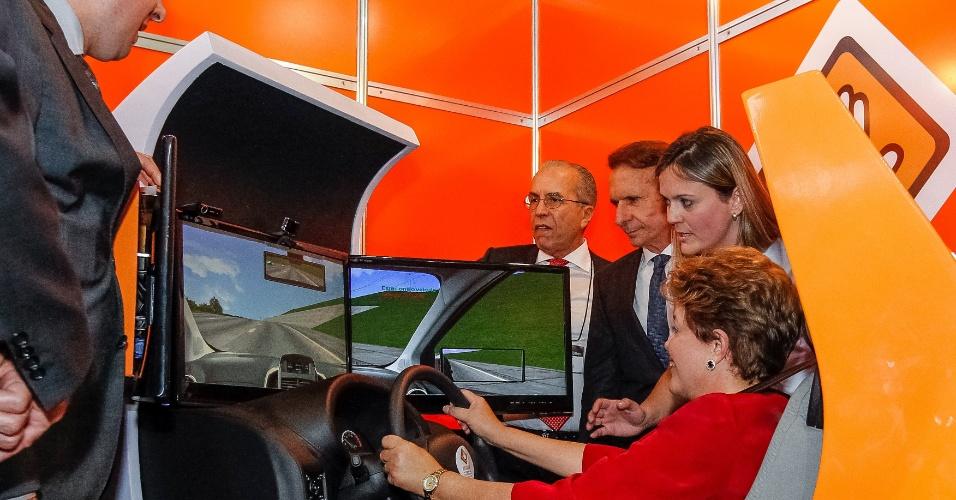 24.out.2012 - A presidente Dilma Rousseff pilota um simulador de direção durante visita a estandes na abertura oficial do 27º Salão do Automóvel de São Paulo, nesta quarta-feira (24)