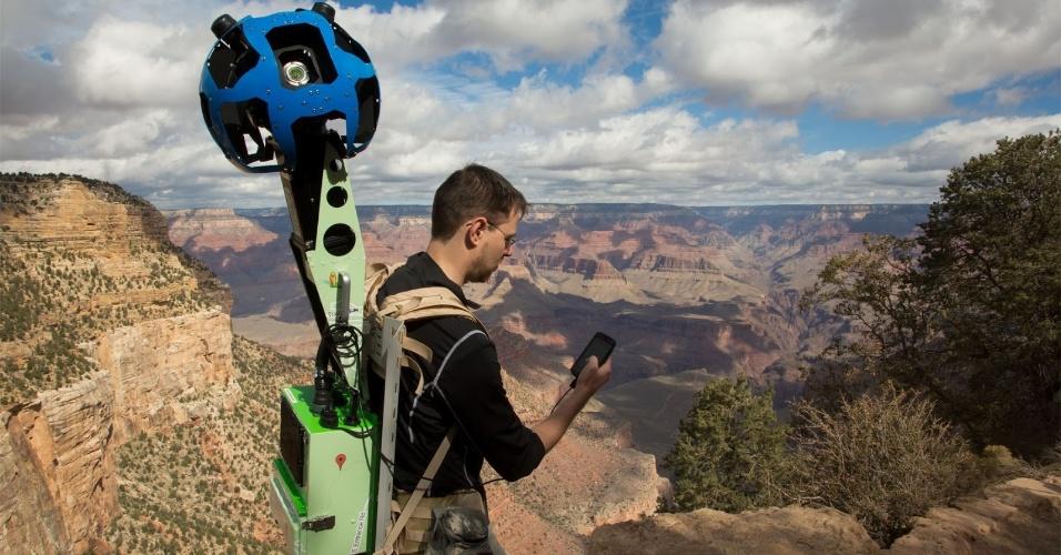 24.out.2012 - Com uma mochila ultraequipada chamada Trekker, uma equipe do Google captura imagens do Grand Canyon (Estados Unidos) para o serviço Street View. A mochila, uma nova ferramenta para coletar imagens em lugares de difícil acesso, tem na sua parte superior uma câmera que coleta imagens em 360º -- assim como os carros, motos de neve e triciclos usados em outras regiões. Ainda não há data para disponibilização das imagens capturadas