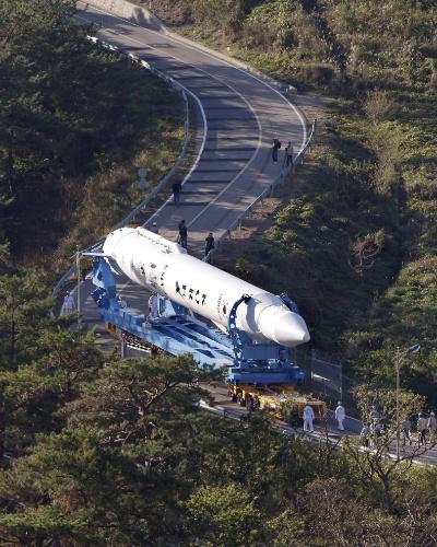 24.out.2012 - Foguete da Coreia do Sul é levado para plataforma de lançamento no cento espacial Naro, em Seul. A Coreia do Sul tentará no fim desta semana conseguir colocar um satélite em órbita. Até o momento, apenas três países asiáticos conseguiram o feito: China, Índia e Japão