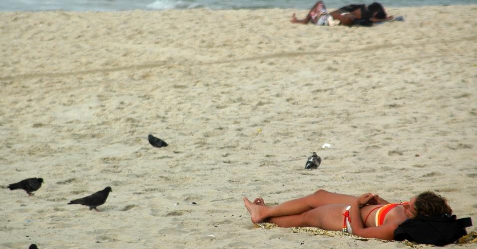 24.out.2012 - Mesmo com tempo nublado, banhista aproveita praia em Ipanema, na manhã desta quarta-feira (24), no Rio de Janeiro (RJ)
