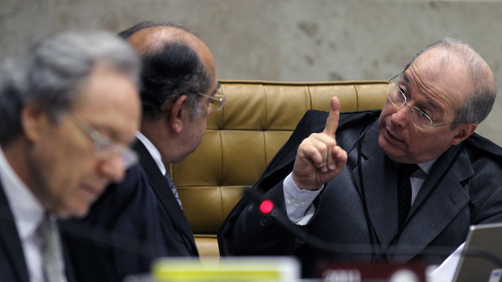 24.out.2012 - O ministro do STF Celso de Mello conversa com Gilmar Mendes durante o julgamente do mensalo. Celso de Mello sugeriu que a regra usada para absolver os rus das acusaes em que houve empate tambm deve ser aplicada nesta fase da dosimetria