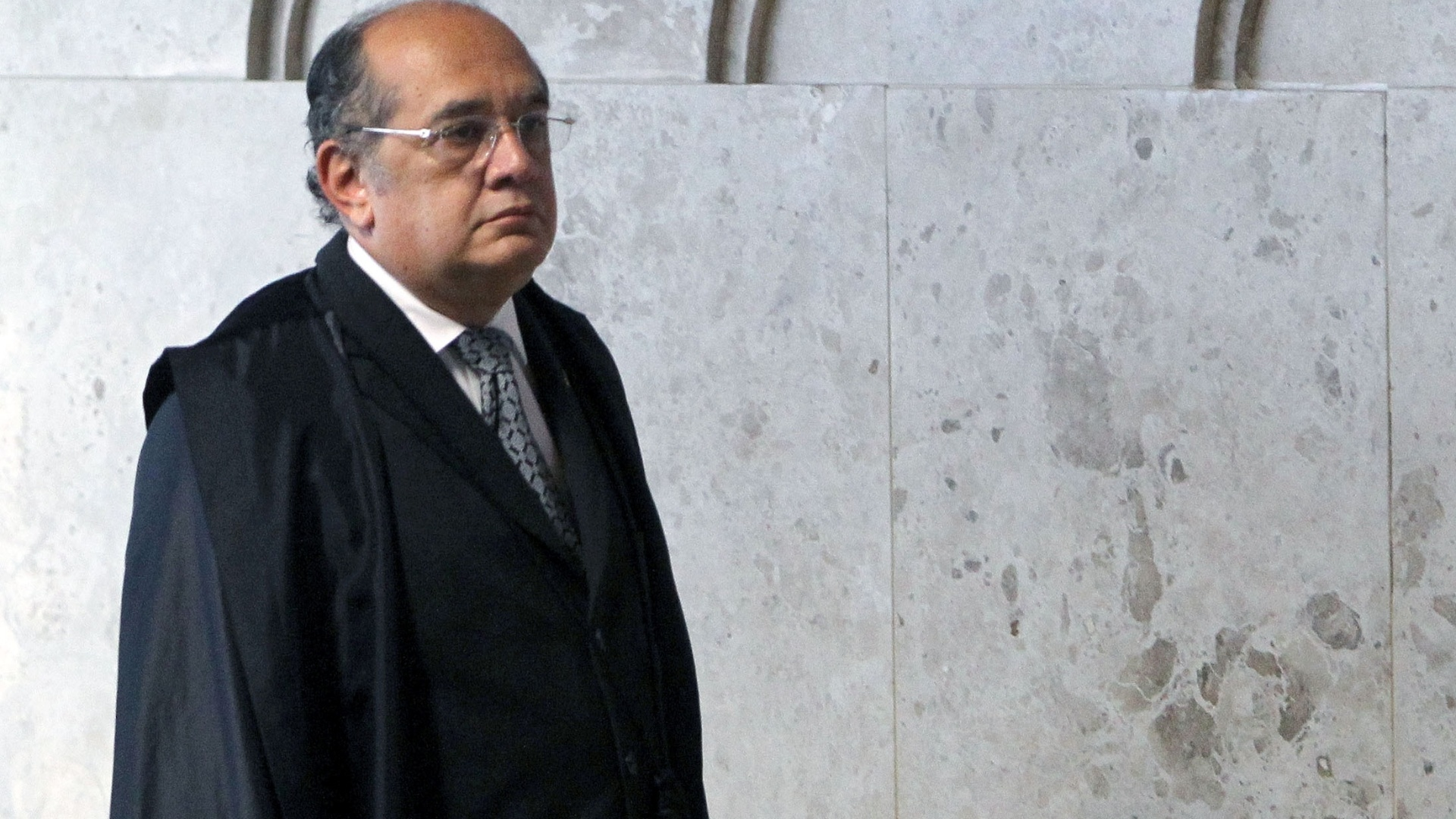 24.out.2012 - O ministro Gilmar Mendes entra no plenrio para sesso que deve terminar de fixar a pena de priso para o publicitrio Marcos Valrio. Mendes seguiu o voto do revisor, que deu pena menor que o relator para o caso de corrupo ativa 