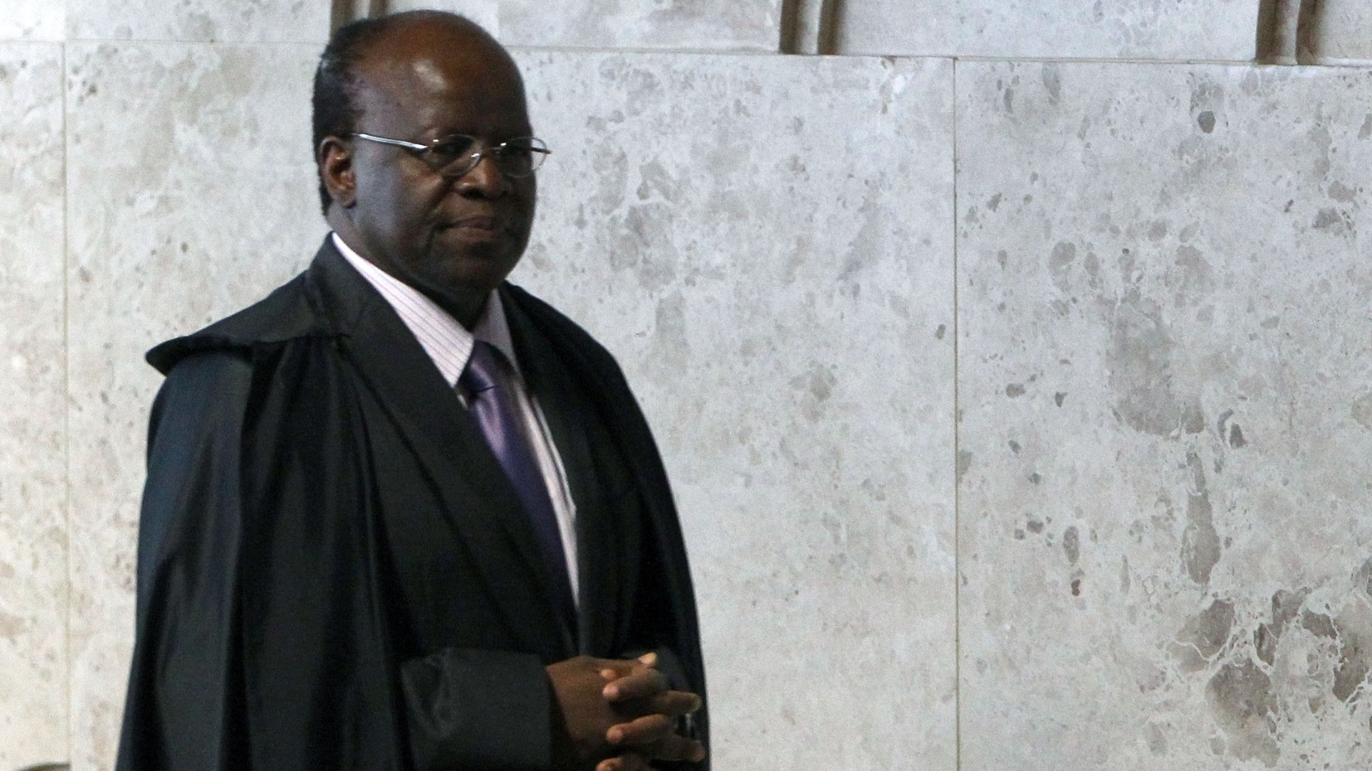 24.out.2012 - O ministro-relator do processo do mensalo, Joaquim Barbosa, entra no plenrio para sesso que deve terminar de fixar a pena de priso para o publicitrio Marcos Valrio. Barbosa no informou quais sero os ncleos que tero suas penas discutidas a seguir