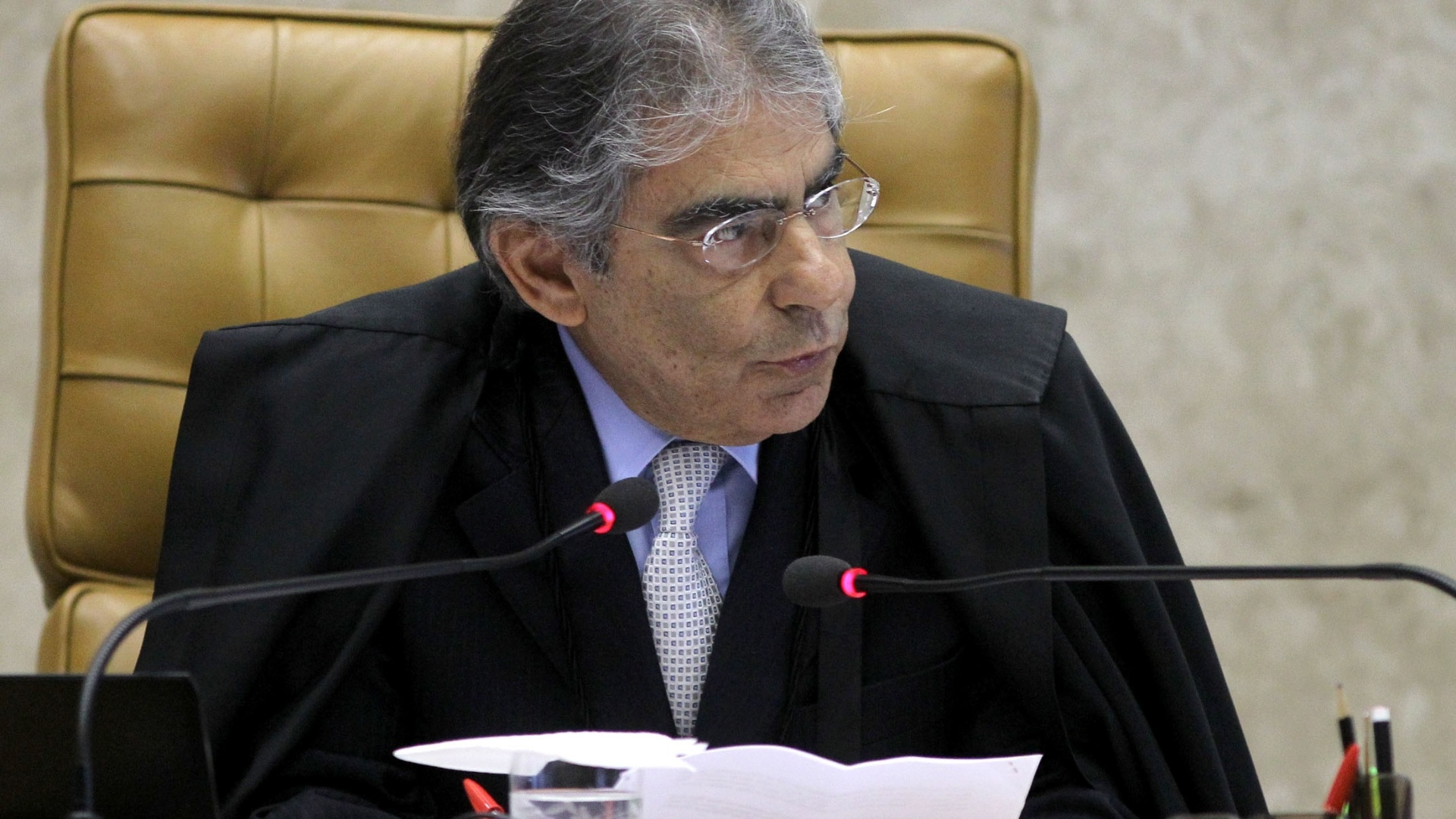 24.out.2012 - O presidente do Supremo Tribunal Federal, o ministro Ayres Britto, acompanha sesso de julgamento do mensalo no Supremo Tribunal Federal que pretende definir tempo de condenao de Marcos Valrio e demais rus do ncleo publicitrio. 