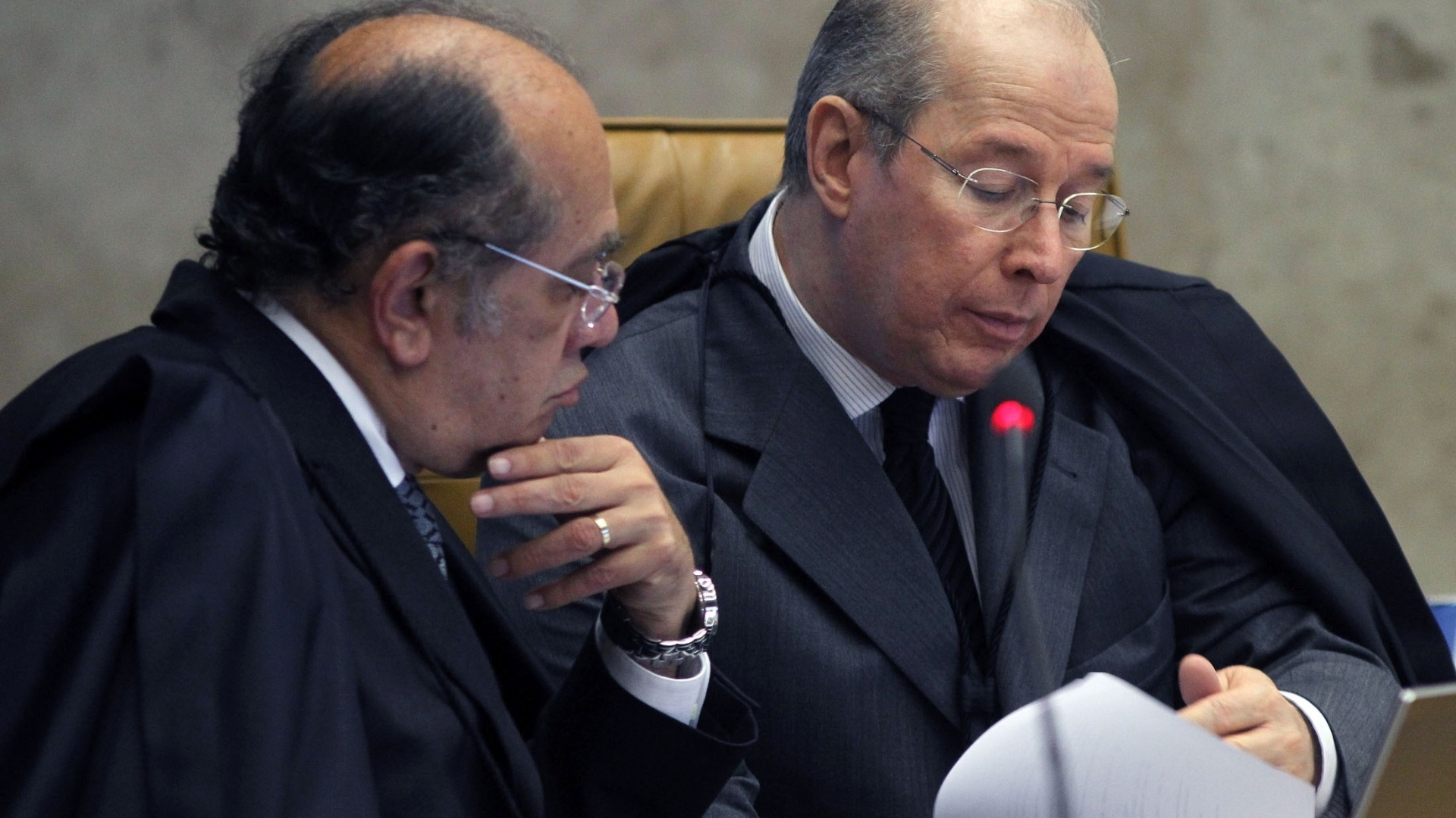 24.out.2012 - Os ministros Gilmar Mendes (esq.) e Celso de Mello acompanham sesso de julgamento do mensalo no Supremo Tribunal Federal. Para Celso de Mello, a pena-base sugerida por Lewandowski lhe 