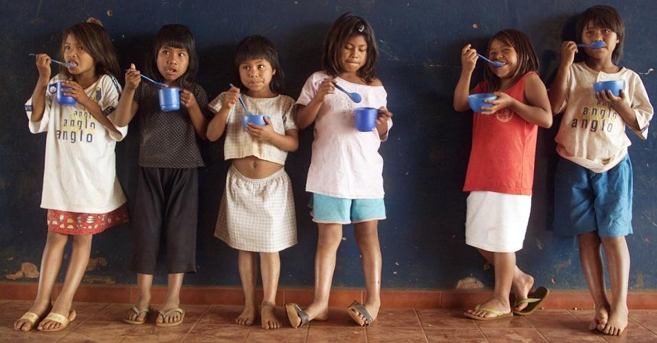 5.out.2001 - Crianças guaranis-kaiowás comem merenda na escola indigena Arapora, na reserva indígena de Dourados (MS)