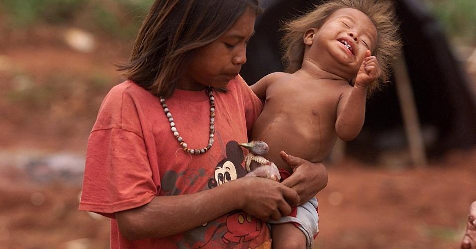 5.out.2001 - Índia guarani-kaiowá e sua filha acampam com toda a família em frente à fazenda do político Zé Teixeira em Dourados (MS), reivindicando as terras como sendo suas