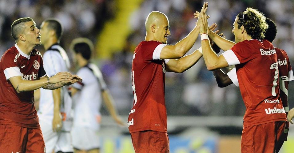 Atacante Forlán marca gol do Inter com Nei e D'Alessandro na partida contra o Vasco da Gama em São Januário (24/10/2012)