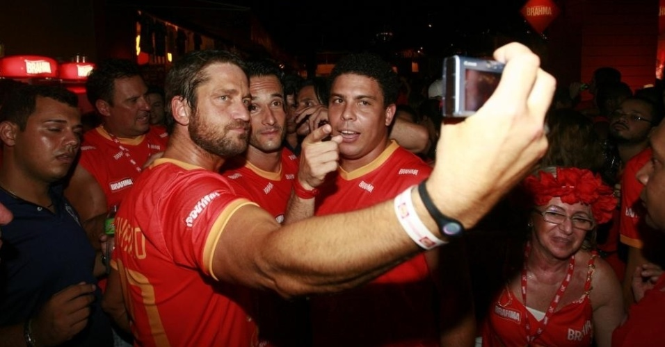 Atores Gerard Butler e Rodrigo Santoro tietam Ronaldo no carnaval do Rio de Janeiro