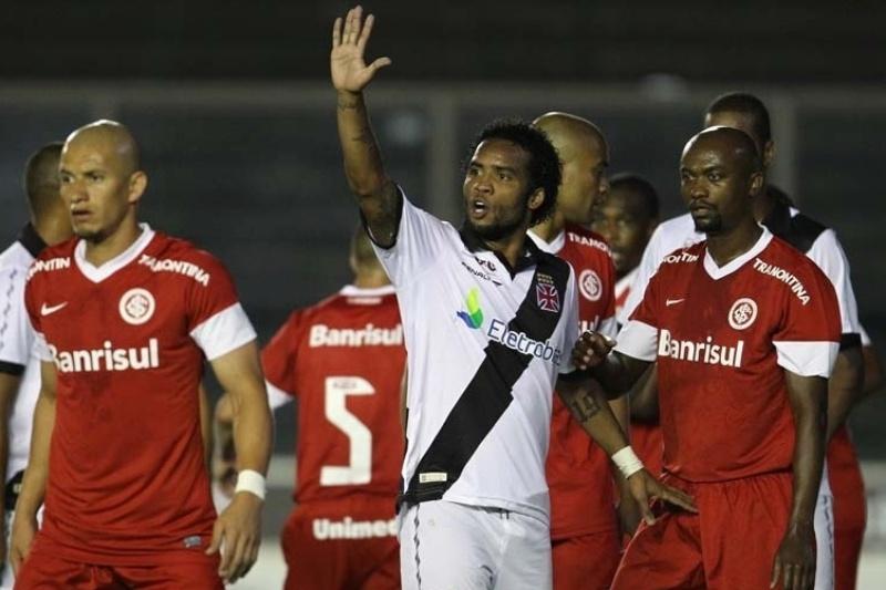 Carlos Alberto espera, no meio de jogadores do Internacional, cobrança de falta durante partida em São Januário
