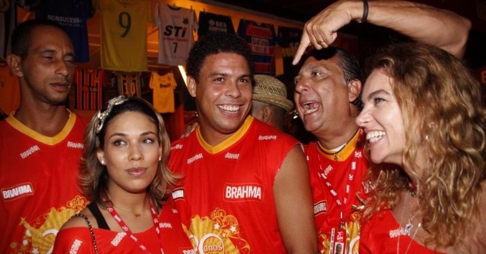 Galvão Bueno tieta Ronaldo Fenômeno em camarote do carnaval do Rio de Janeiro