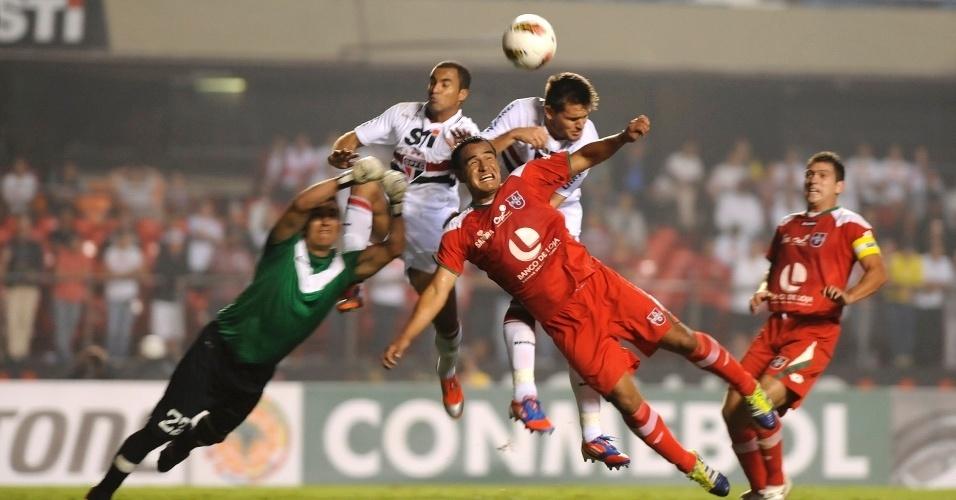 Jogadores de São Paulo e Liga de Loja disputam jogada aérea