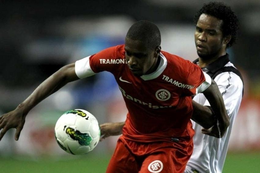 Juan, zagueiro do Inter, recebe a marcação do meia Carlos Alberto, do Vasco, durante jogo em São Januário