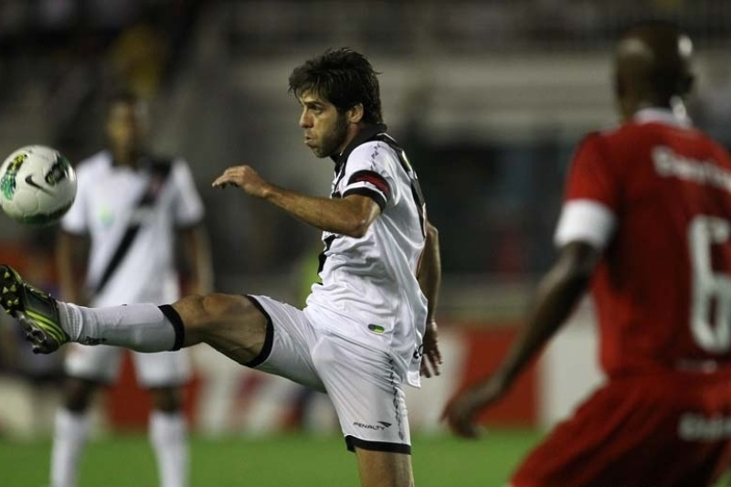 Juninho Pernambucano domina a bola observado por Kleber, do Internacional, durante partida em So Janurio