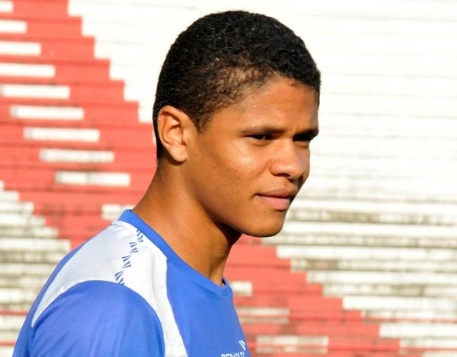 Lateral esquerdo Douglas Santos descansa durante treino do Náutico