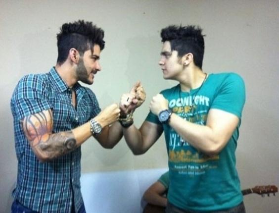 Luan Santana e Gusttavo Lima fazem pose de