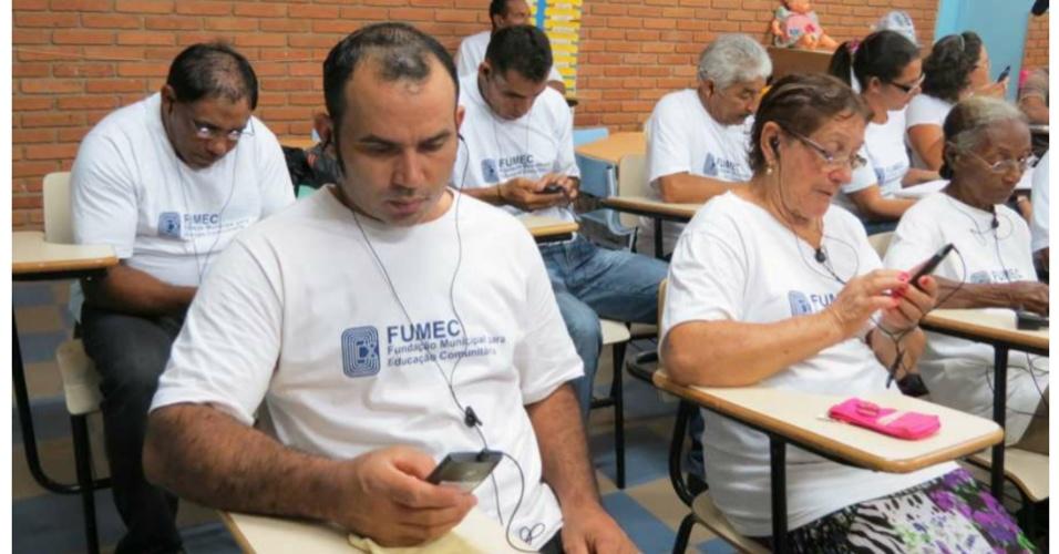 Matemático usa smartphone para ensinar analfabetos a ler e a escrever em SP