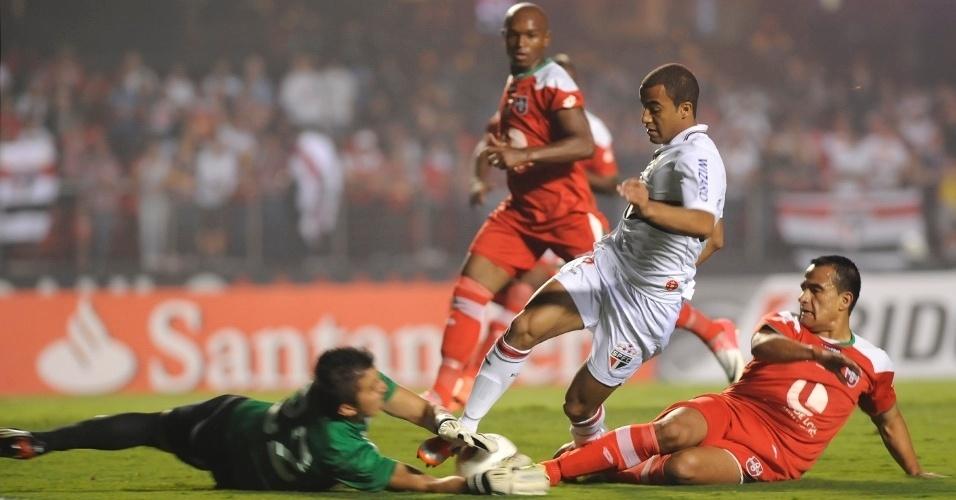 Meia Lucas, do São Paulo, divide a bola com goleiro da Liga de Loja