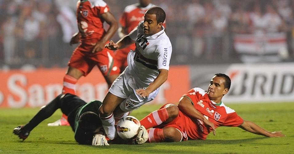 Meia Lucas, do São Paulo, perde o equilíbrio após dividida com goleiro da Liga de Loja
