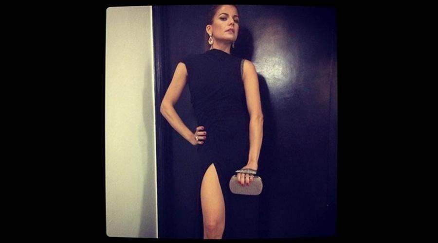 Nívea Stelmann repetiu a famosa pose que Angelina Jolie fez no tapete vermelho do Oscar deste ano e divulgou a imagem por meio de sua página do Twitter (24/10/12). Na foto a atriz aparece trajando um vestido preto com generosa fenda na perna.