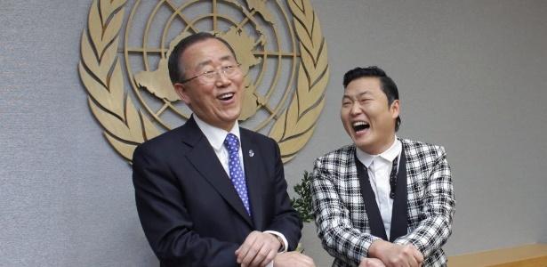 """O secretário-geral da ONU, Ban Ki-moon, arrisca passos de """"Gangnam Style"""" junto de PSY (23/10/12)"""