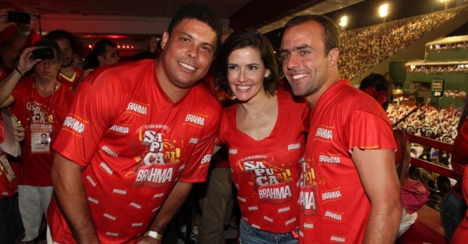 Ronaldo, a atriz Deborah Secco e o jogador Roger em camarote do carnaval do Rio de Janeiro