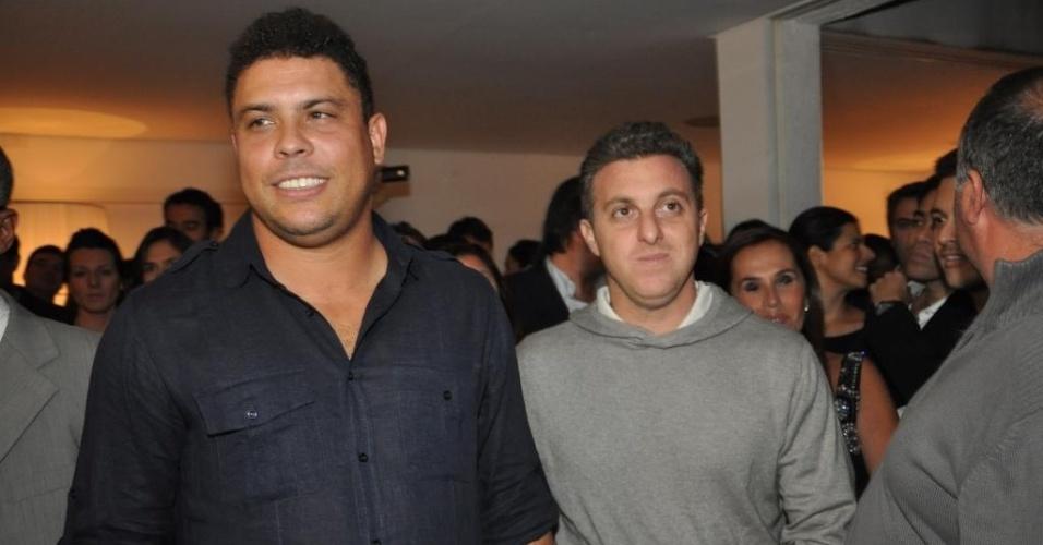 Ronaldo e o apresentador Luciano Huck em evento de lançamento do livro do Corinthians