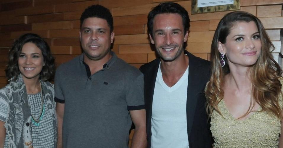 Ronaldo e sua mulher, Bia Antony, posam para foto ao lado dos atores Rodrigo Santoro e Alinne Moraes na esteia do filme Heleno