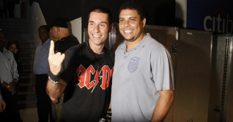 Ronaldo posa para foto ao lado do cantor Dinho Ouro Preto em show da banda Capital Inicial em So Paulo