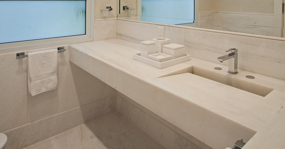Um dos banheiros da Casa Tabatinga, no litoral paulista, com bancadas e revestimentos em mármore. A residência tem projeto da arquiteta Selma Tammaro
