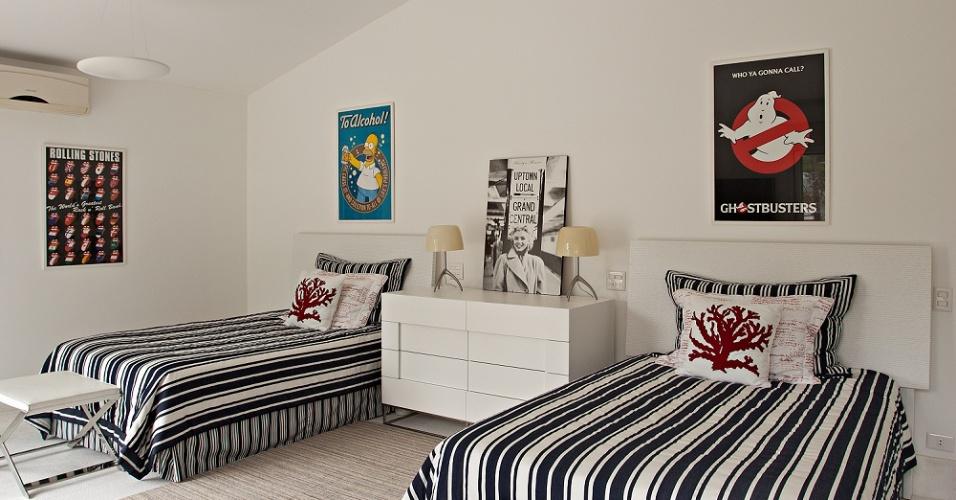 No quarto dos meninos, assim como no das meninas, elementos discretos dão personalidade ao ambiente. Sobre a cama, os pôsteres são indicativos dos gostos dos donos do dormitório. Além dessa, há mais quatro suítes no piso superior da Casa Tabatinga, com projeto da arquiteta Selma Tammaro