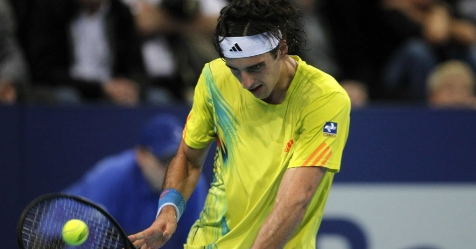 Thomaz Bellucci devolve de slice durante derrota por 2 a 1 contra Roger Federer na Basileia