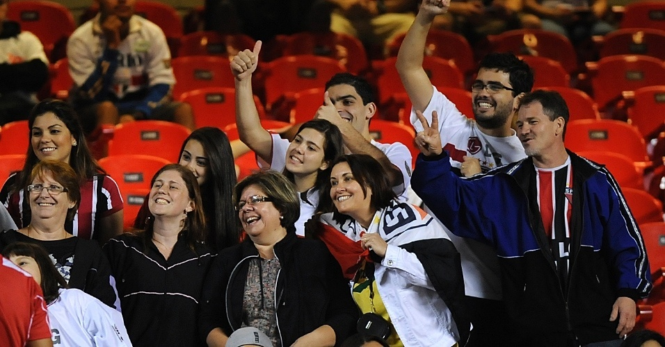 Torcedores do São Paulo acenam antes de início de jogo contra a Liga de Loja