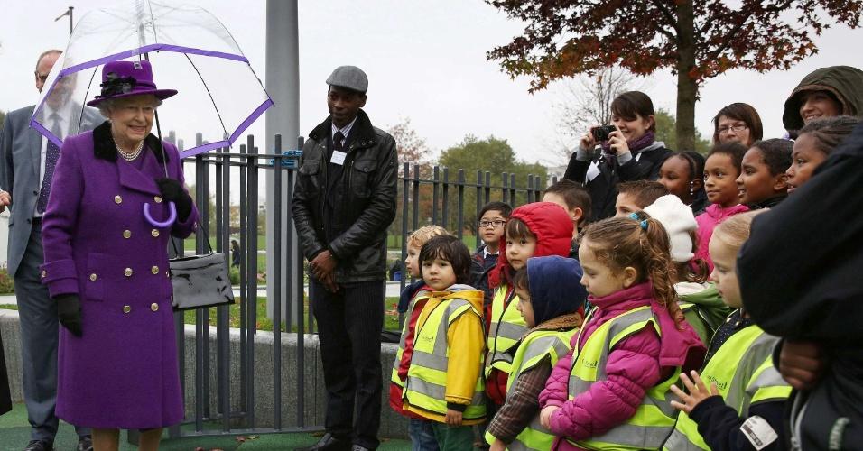 25.out.2012 - A rainha Elizabeth 2ª é recebida por crianças durante a abertura do Jubilee Gardens, em Londres, na Inglaterra