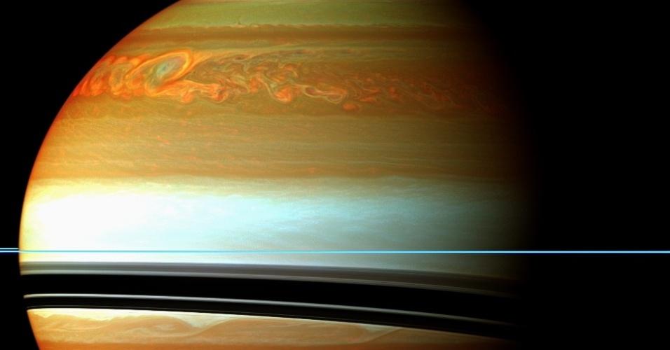 25.out.2012 - A Sonda Cassini, da Nasa (Agência Espacial Norte-Americana), monitora os resultados em Saturno após uma rara tempestade gigante, detectada entre dezembro de 2010 e agosto de 2011. Mesmo com sinais visíveis do fim do fenômeno, medições infravermelhas da sonda revelam os poderosos efeitos na estratosfera do planeta, como as manchas coloridas sobre o Hemisfério Norte que indicam o fim da cauda da tempestade. Segundo análise divulgada nesta quinta-feira pela Nasa, o brilho do vórtice deve persistir na atmosfera de Saturno até 2013