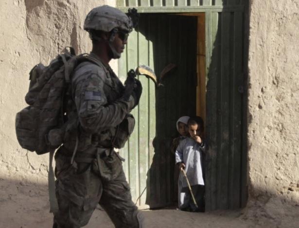 25.out.2012 - Crianças observam soldado americano durante patrulha militar no distrito de Zharay, em Kandahar (Afeganistão)