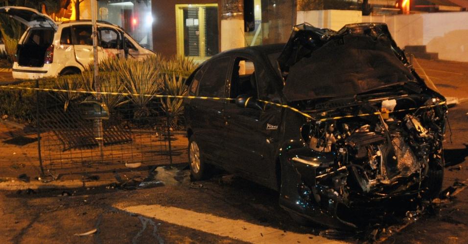 25.out.2012 - Duas pessoas ficaram feridas em um acidente envolvendo dois carros no bairro de Indianópolis, zona sul de São Paulo, na madrugada desta quinta-feira (25). O acidente aconteceu no cruzamento das avenidas Ibirapuera e Indianópolis