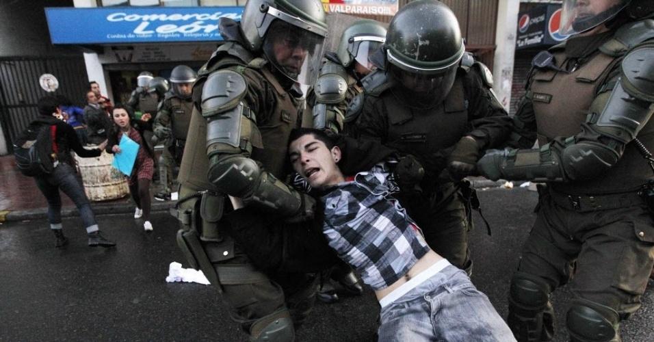 25.out.2012 - Manifestante é detido por policiais durante protesto em Valparaíso, no Chile