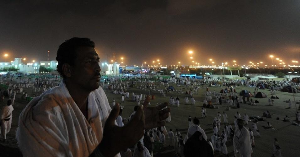 25.out.2012 - Homem faz orações no Monte Arafat, perto de Meca, na Arábia Saudita. Estima-se que cerca de dois milhões de muçulmanos passem pela cidade nos próximos cinco dias durante o hajj, tradicional peregrinação anaul à Meca