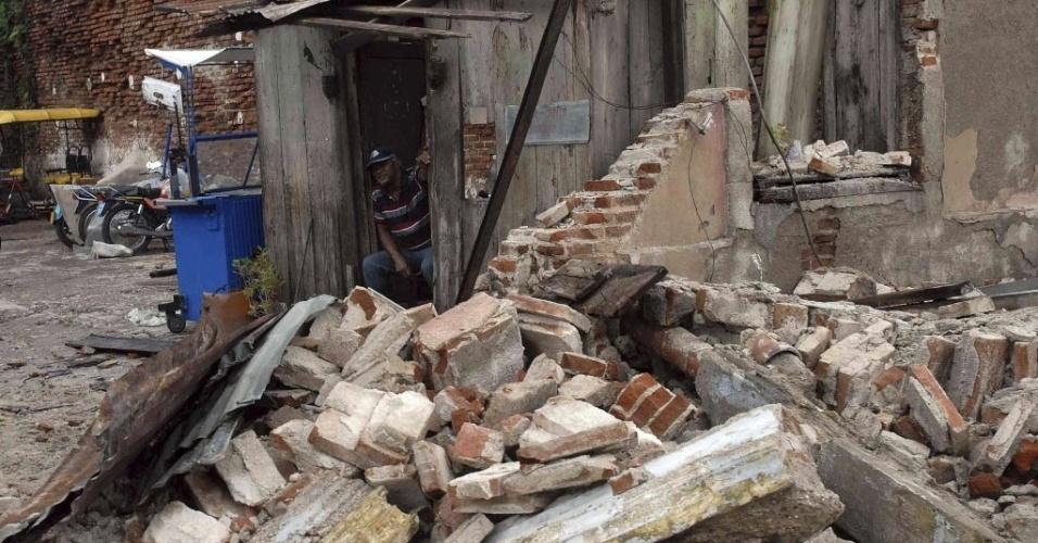 25.out.2012 - Homem observa escombros de sua casa danificada pelo furacão Sandy em Santiago de Cuba, no leste de Cuba. Os ventos do Sandy atingiram cerca de 165 km/h