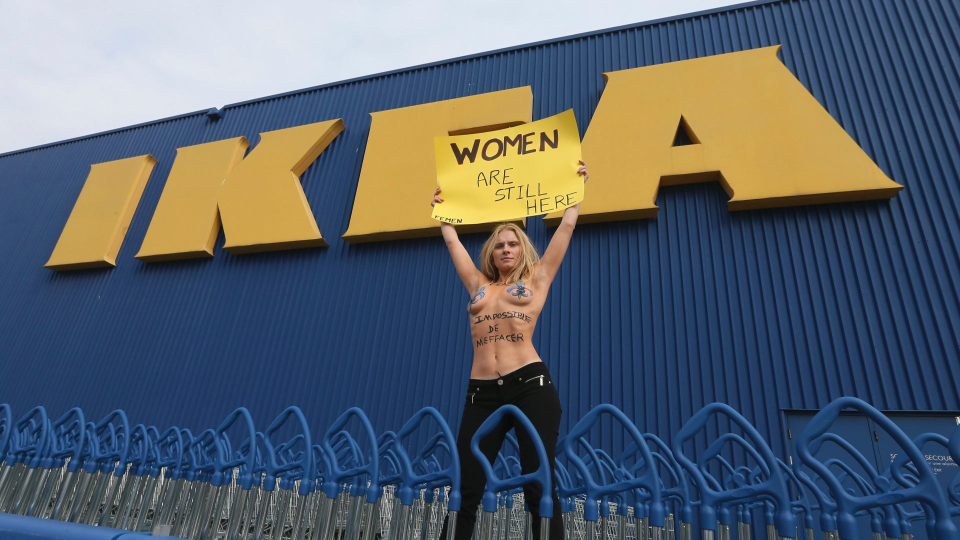 25.out.2012 - Integrante do Femen protesta em frente  loja Ikea em Montreal, no Canad. O grupo feminista  contra a empresa sueca de mveis, que removeu as mulheres de seu catlogo na Arbia Saudita