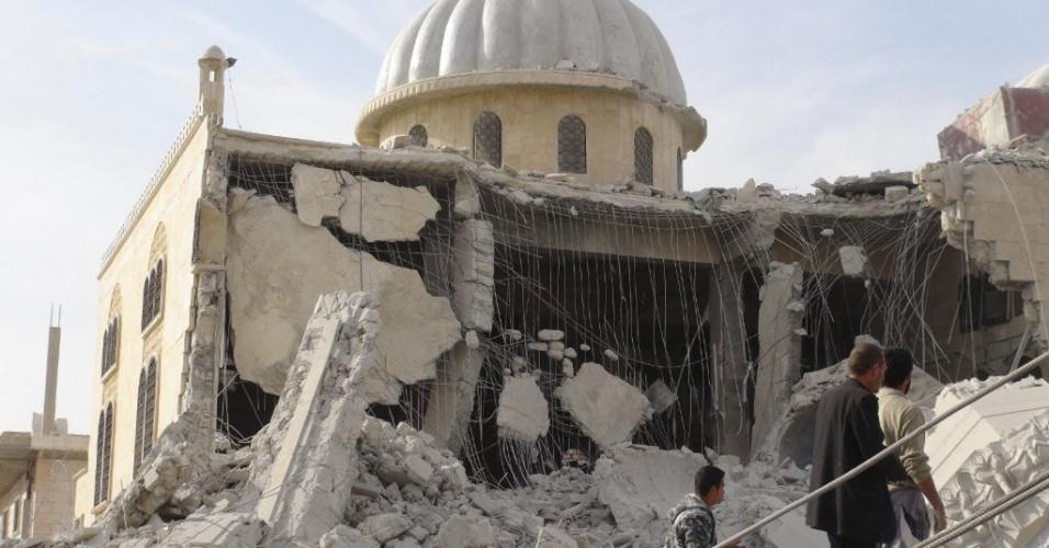 25.out.2012 - Moradores observam estragos em mesquita, após ataque das forças leais do ditador sírio, Bashar Assad, em Marat al-Numan (Síria)