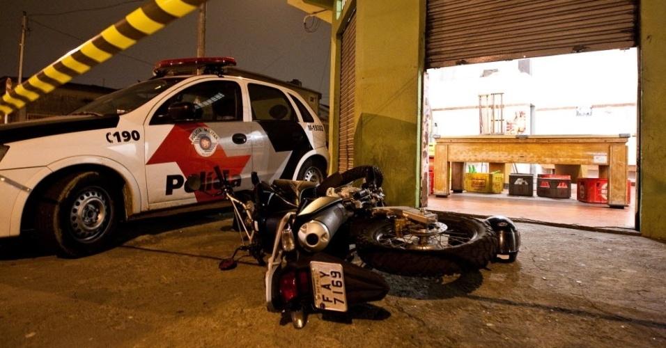 25.out.2012 - Moto de policial militar que foi morto a tiros dentro de um bar na Rua Frederico Martins da Costa Carvalho, na região de Sapopemba, na zona sul de São Paulo (SP)