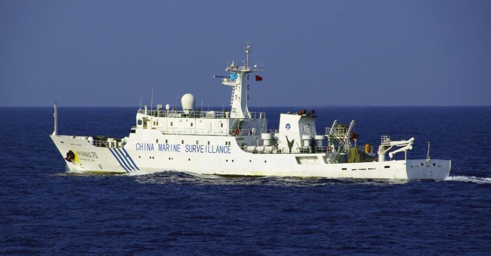 25.out.2012 - Navio chinês de vigilância marítima navega no Mar da China Oriental nas águas territoriais das ilhas Sensaku, administradas pelo Japão, mas alvo de disputa com a China